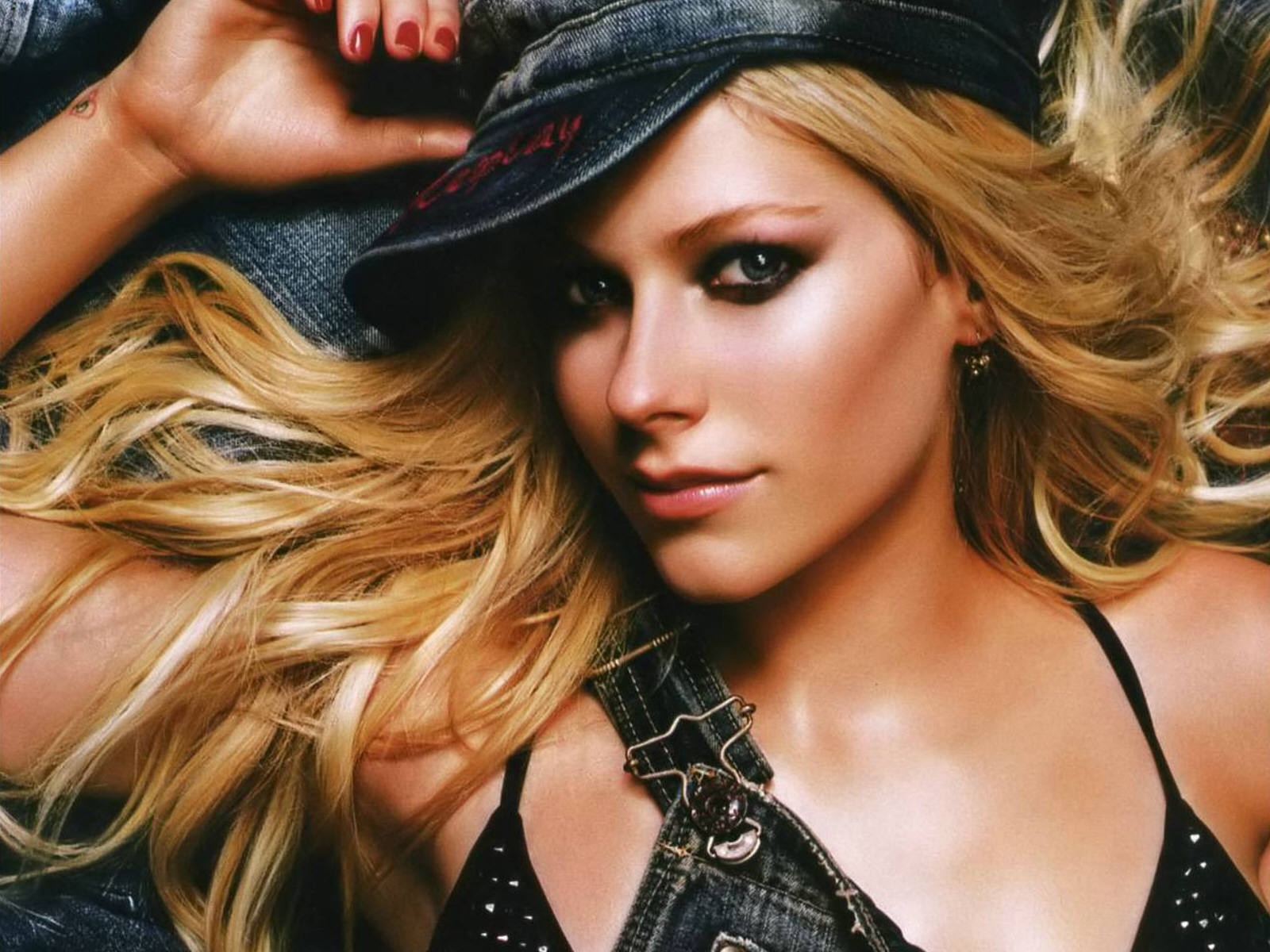 http://www.wallcoo.com/star/1600x1200_Avril_Lavigne_wallpapers/mxxx01/avril-lavigne-199.jpg